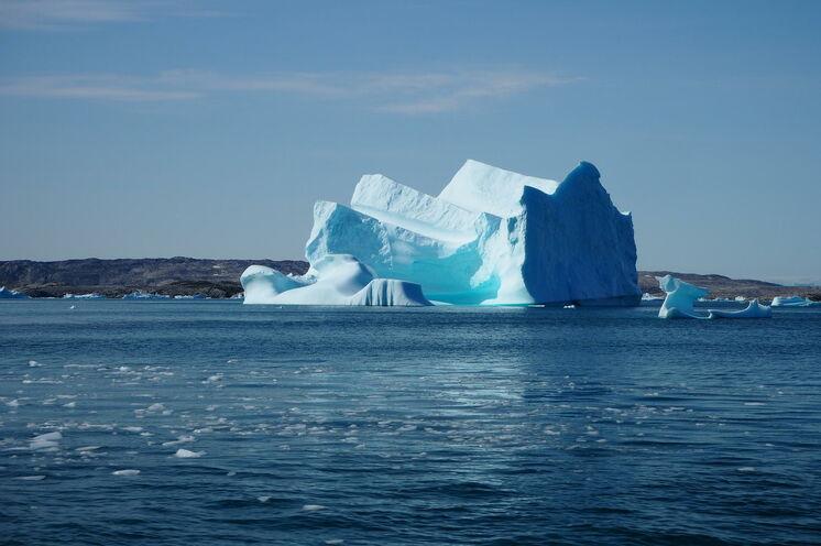 Vorbei an gewaltigen Eisbergen im typisch leuchtenden Blau