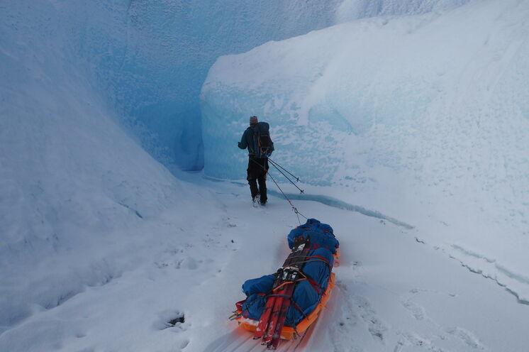 Immer wieder suchen Sie sich einen Weg durch das eisige Labyrinth der Gletscherspalten