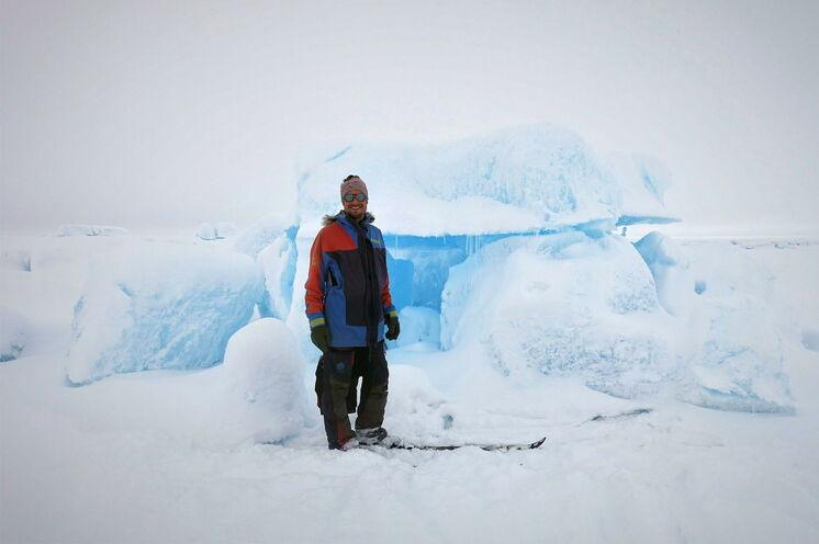 Ungeheure Schmelzwassermassen im Sommer hinterlassen skurril gestapelte Eisblockformationen