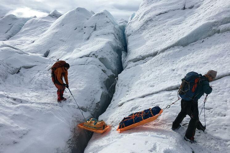 Bei Seilschaften sind sich alle gegenseitig Augen und Ohren und packen mit an, wenn tiefe Spalten im Eis überwunden werden müssen