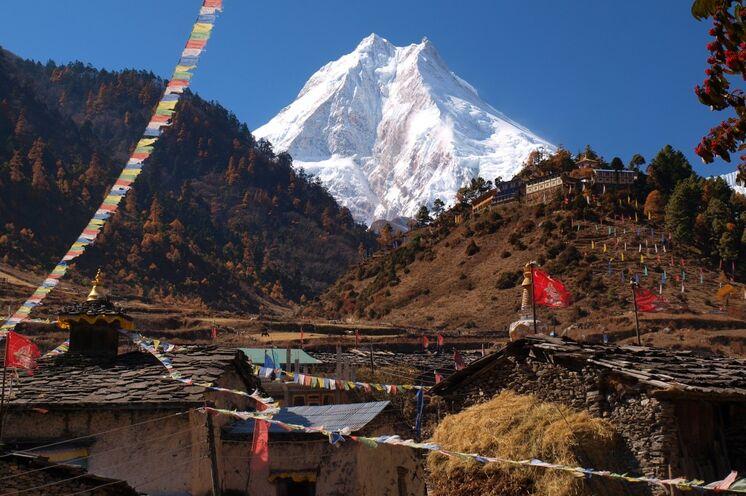 Sagenhafte 5000 m trennen die Ortschaft Lho vom Gipfel! (Foto F. Nimsch)