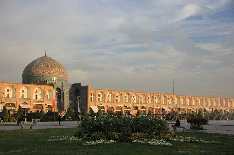 Er ist der wohl größte und schönste Platz der Welt - der Imam Platz von Isfahan. Am 10. Reisetag können Sie durch die Arkaden und den angeschlossenen Basar schlendern.