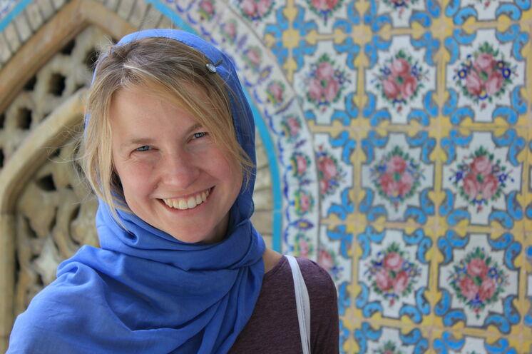Ein Kopftuch ist für Frauen vorgeschrieben. Der großzügige Haaransatz darf dabei aber gesehen werden. ;-)