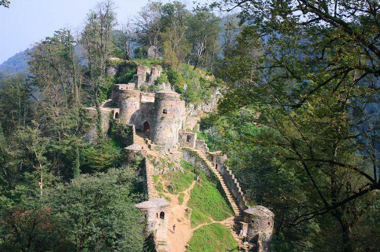 Wanderung zur Rudkhan Festung. Die Anlage liegt im Hyrcanischen Wald, sodass es hier auch schon einmal nebelig und feucht sein kann.