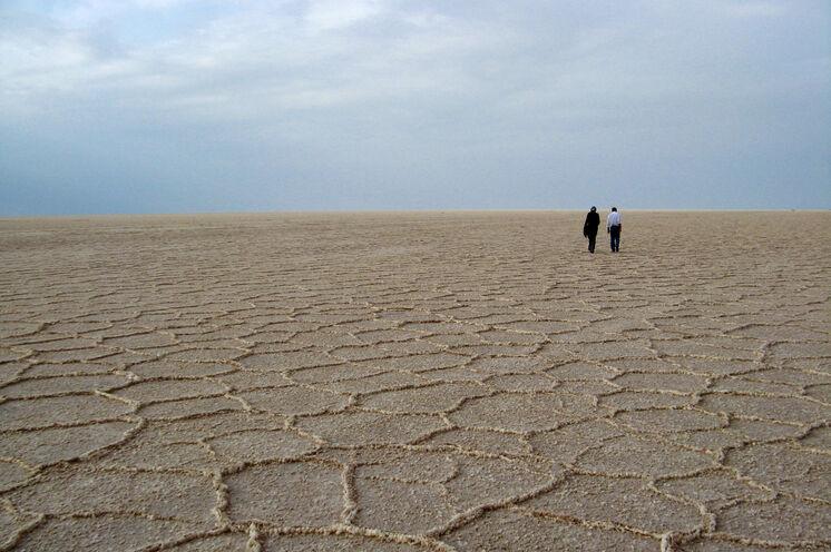 Es könnte die Salar de Uyuni sein - es ist aber die unglaubliche Weite der Großen Salzwüste im Iran.