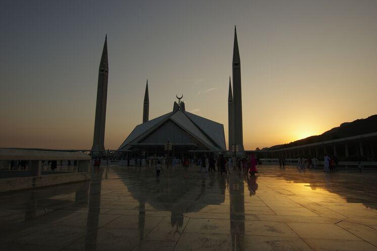 Die gewaltige Faisal-Moschee kurz vor Sonnenuntergang - Start- und Endpunkt fast jeder Pakistanreise