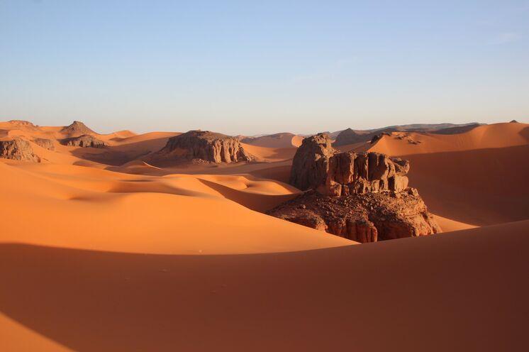 Zweite Woche im Tadrart - ein Dünenmeer mit herausragenden Felsen. Wanderungen führen auf Dünenkämme und entlang von Dünentälern.
