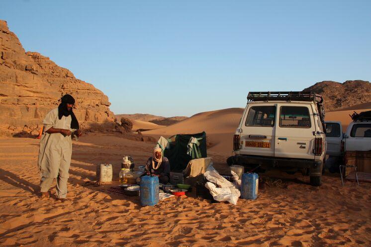 Begleitfahrzeuge im Tadrart (in der zweiten Woche) transportieren nicht nur das Hauptgepäck, sondern auch Wasser und die gesamte Küche.