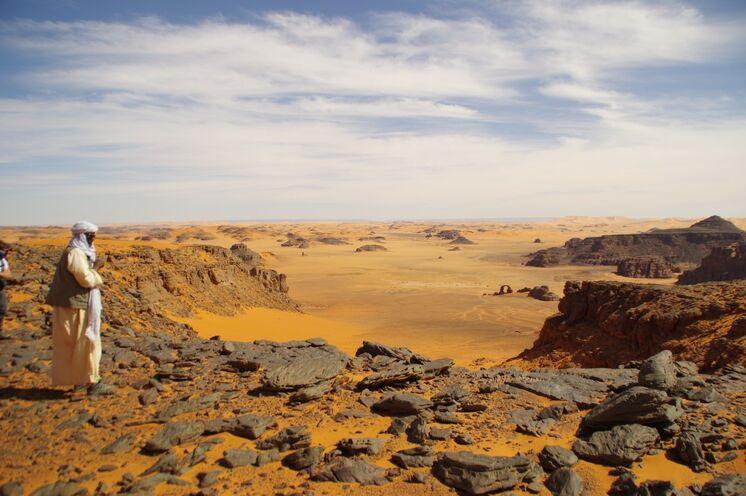 Auf einer Wanderung kommen Sie oberhalb eines Canyons raus, genießen einen einmaligen Weitblick auf den Bogen von In Tehak