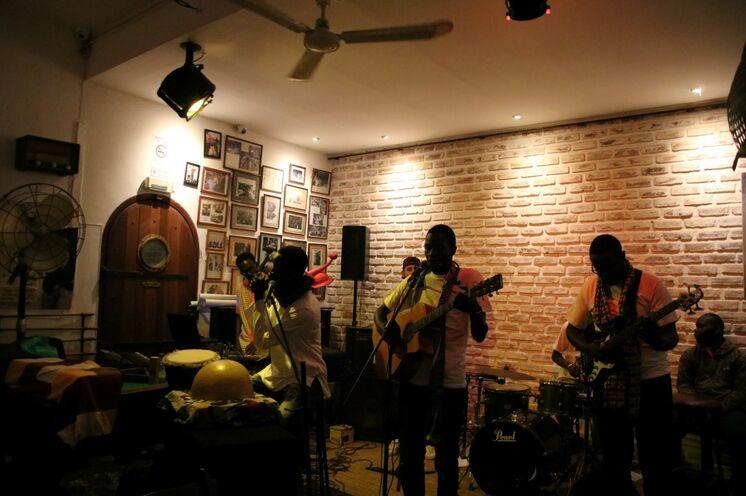 Auch in der Bar unseres Hotels wird Musik geboten, von Jazz bis afrikanisch...