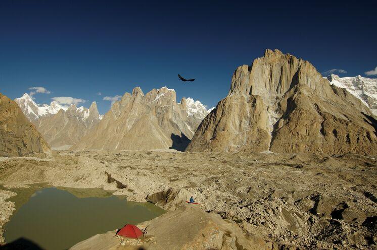 Im Thronsaal der Berggötter: Wie ein Adlerhorst thront das Zelt im Camp Urdukas