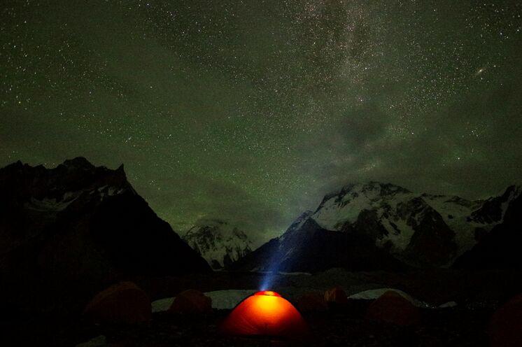 Camping unterm Sternenzelt mit Blick auf 2 8000er am Concordiaplatz
