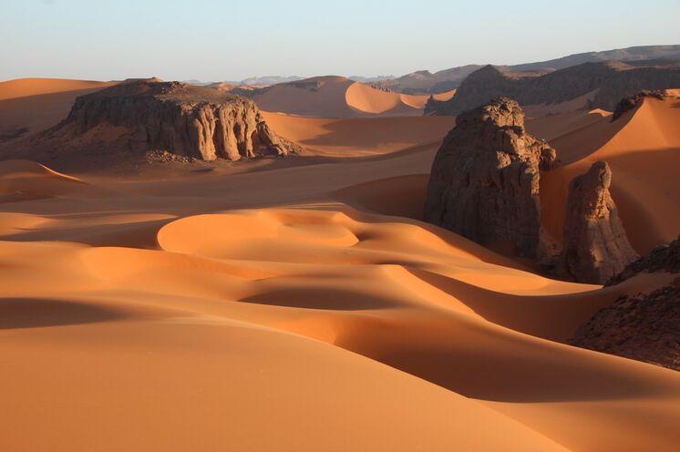 Die Komposition aus Felslandschaften, umspült von bis zu 150 m hohen Dünen ist etwas ganz Besonderes - Sehnsuchtsziel Tadrart