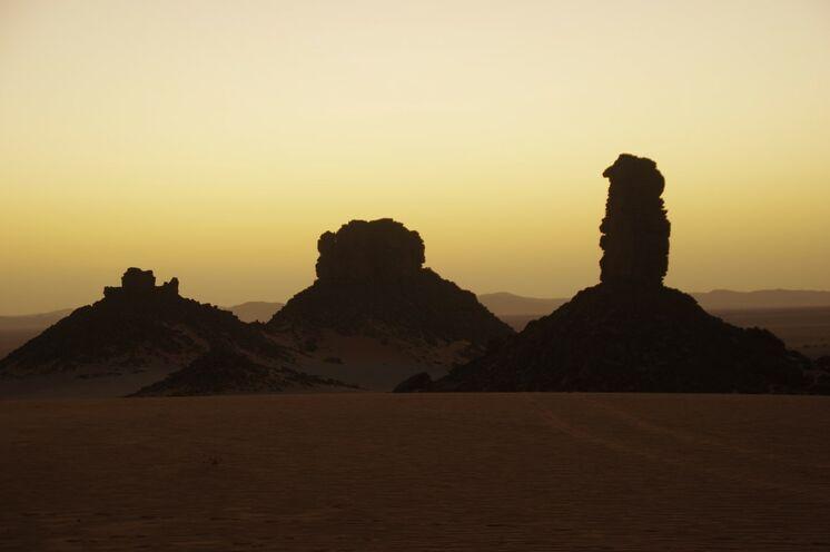 Wundervolle Kompositionen aus aufragenden Sandsteinfelsen und dem Erg Admer im Hintergrund
