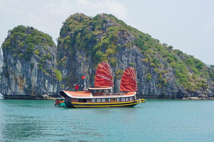 Typisch Vietnam: in der Halongbucht gehen Sie mit einer Dschunke vor Anker
