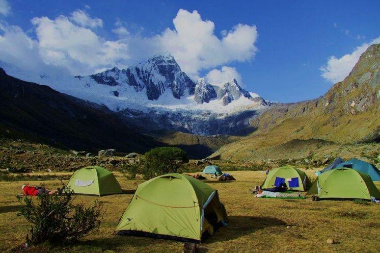Campen in aussichtsreicher Lage am Nevado Taulliraju (5830 m)