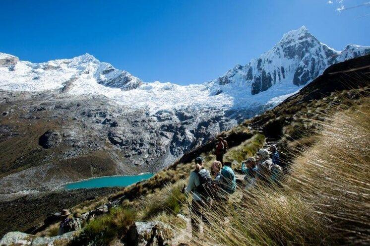 Aufstieg zum Pass Punta Union (4750 m) mit Blick auf die Weiße Kordillere, Perus Bergsteigerparadies