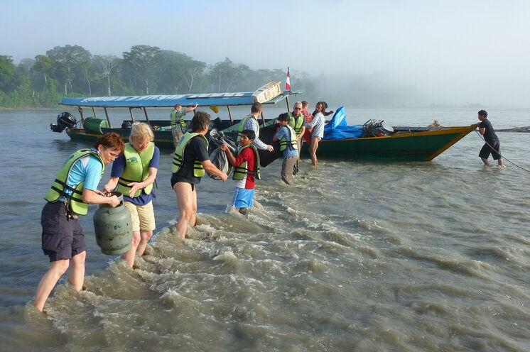 Beim Be- und Entladen des Expeditionsbootes helfen alle mit, auch wenn man dabei mal nasse Füße bekommt.