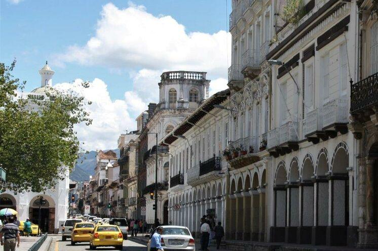 Die Reise beginnt in der farbenfrohen Metropole Quito. Kolonialpracht in der Altstadt bestaunen, Weitblicke vom Hausberg genießen und einmal am Äquator stehen.