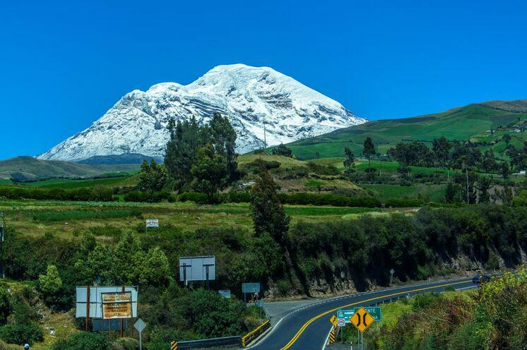 Fahrt entlang der Straße der Vulkane mit Blick auf den Chimborazo - den höchsten Berg des Landes.
