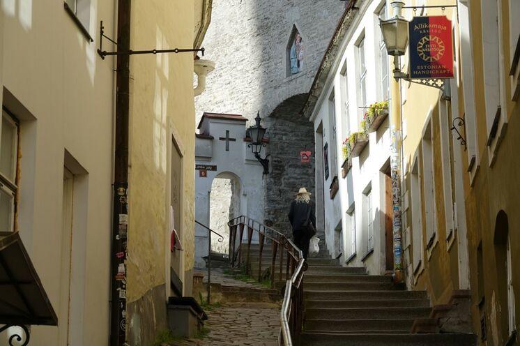 Verwinkelte Gassen durch eine lebendige, alte Hansestadt.