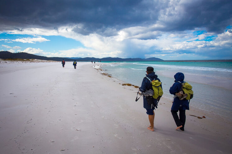 "Wandern an Tasmaniens wohl bekanntestem Strand ""Wineglass Bay"" (© Friendly Beaches Lodge/Great Walks of Australia)"