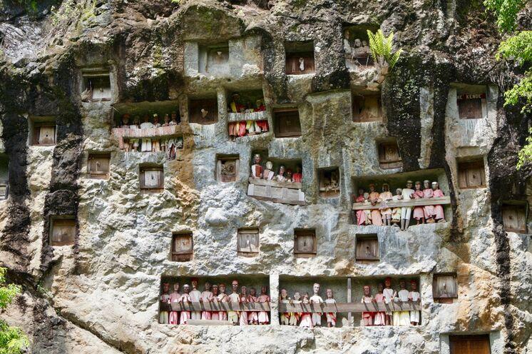 Felsengräber - die Toraja pflegen einen äußerst speziellen Ahnenkult