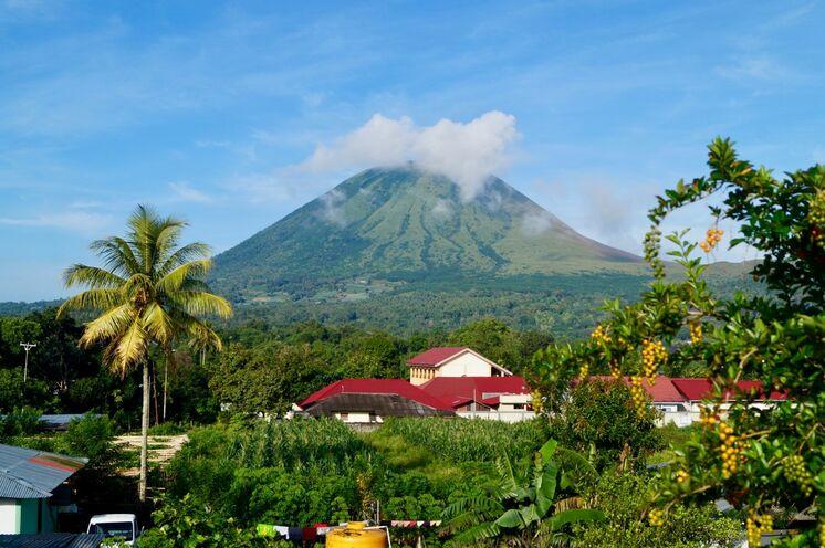 Den Gipfel des Lokon, einer der aktivsten Vulkane Nordsulawesis, erklimmen Sie am vierten Tag.