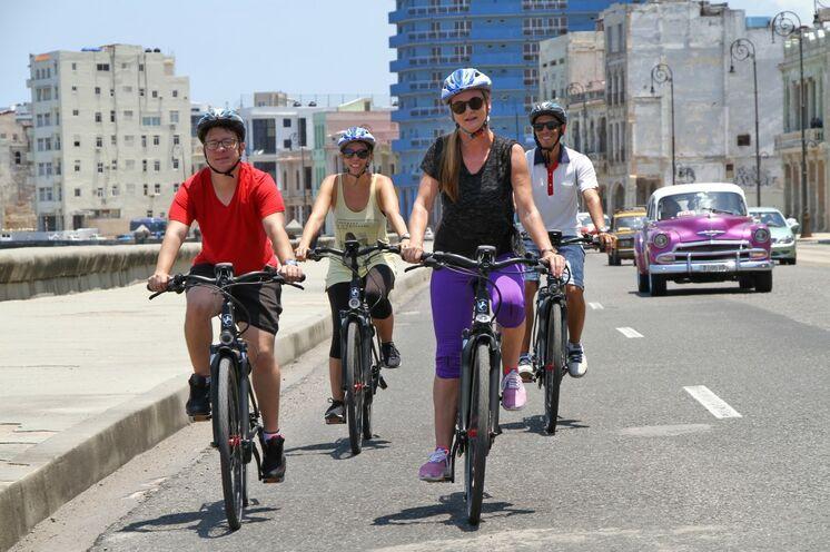 Sie unternehmen zwei Tages-Fahrradtouren im Osten und im Westen des Landes