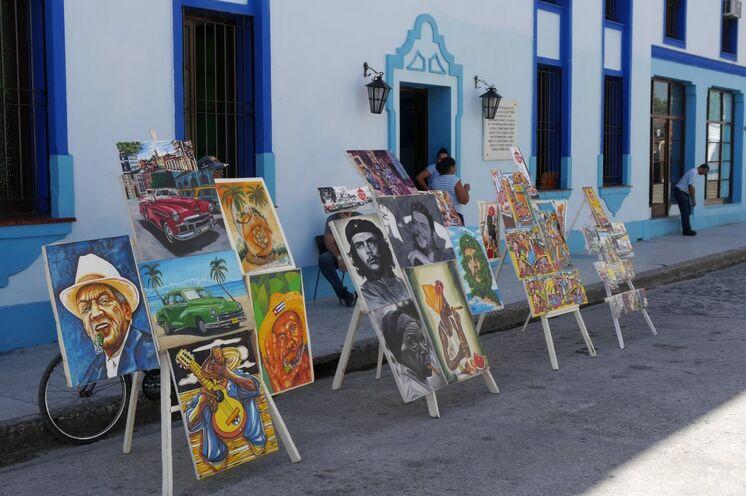 ... und örtliche Künstler stellen auf dem Marktplatz aus