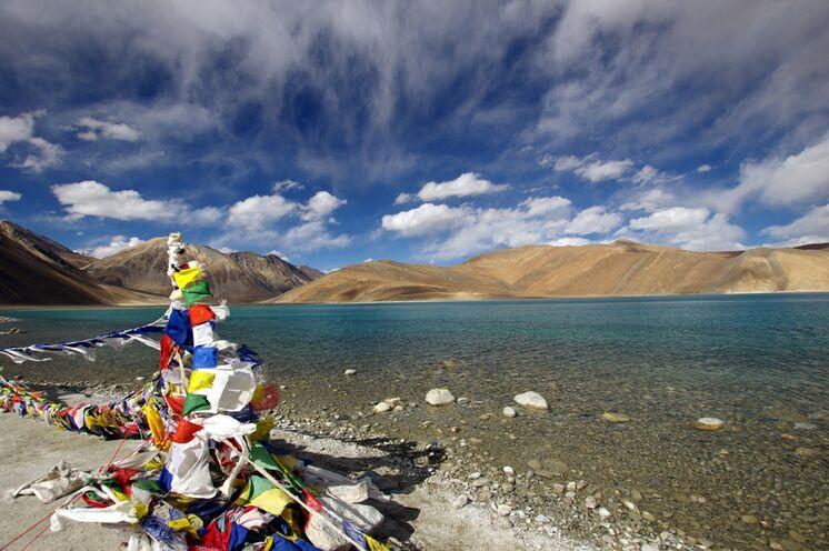 Die Tour wird gekrönt durch einen 2-tägigen Ausflug zum Pangong Lake, der sich direkt an der tibetischen Grenze befindet