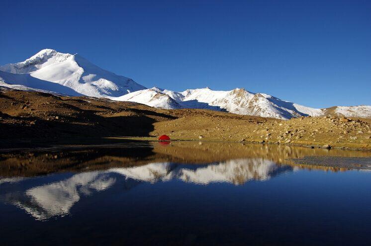 Camping unter dem blausten Himmel der Welt. Im Hintergrund ist der Kang Yaze (6400 m) zu sehen