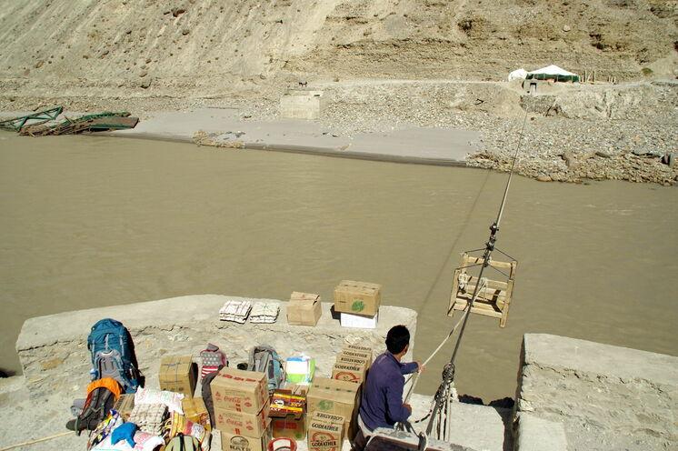 Abenteuerlich ist die Anfahrt ins Markha-Tal. Mithilfe einer Gondel überqueren Sie den Zanskar-River