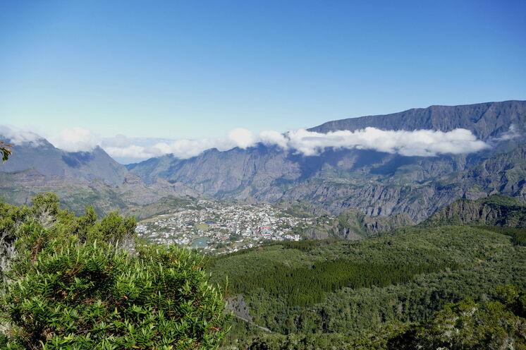 Blick in den bewaldeten und zerklüfteten Talkessel von Cilaos.