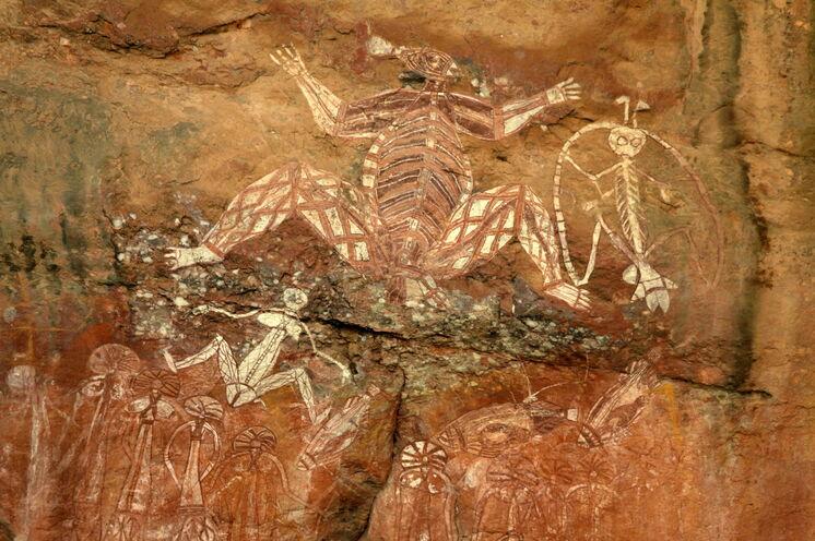 Im Kakadu-Nationalpark besichtigen Sie Jahrtausende alte Felzeichnungen wie hier die Anbangbang-Galerie