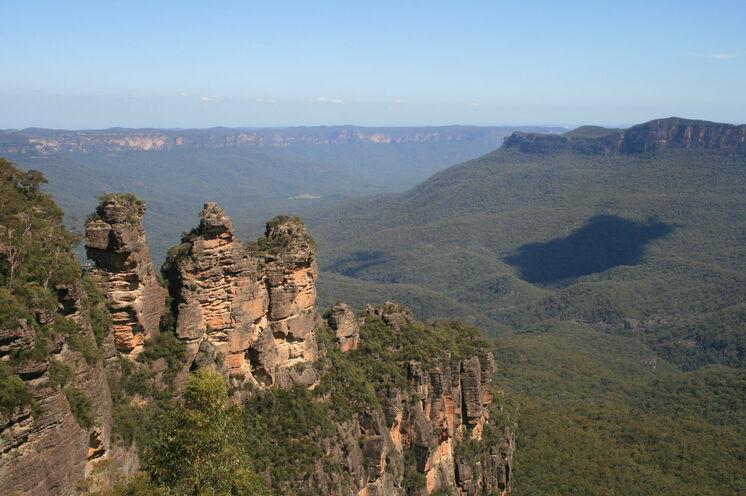 """Die berühmte Sandsteinformation """"Three Sisters"""" besuchen Sie im Blue Mountains Nationalpark"""