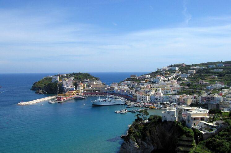 Der Hafen von Ponza. Bei strahlendem Sonnenschein...