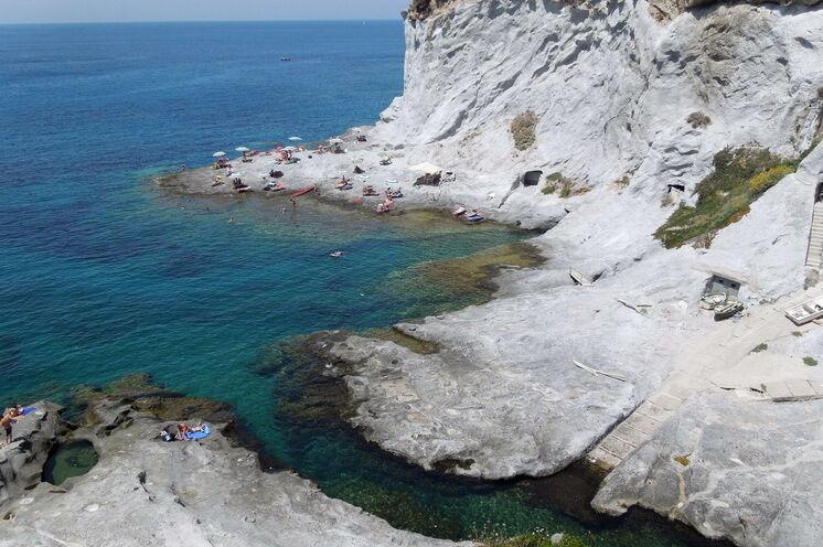 Natürliches Schwimmbad, in weiße Kalksteinfelsen gehauen.
