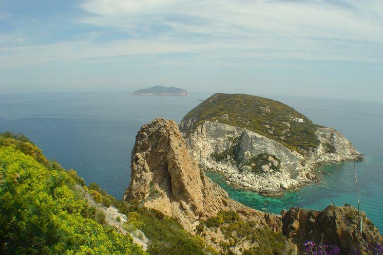 Die zerklüftete Küste von Ponza mit Blick auf Zannone am Horizont.