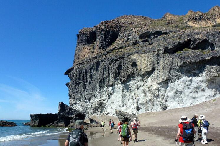 Zu Fuß erkunden Sie diese Vulkanlandschaften direkt am Wasser