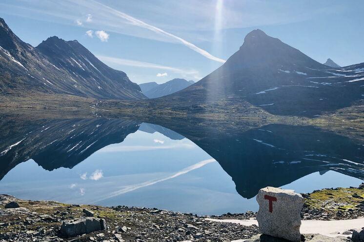 Der Berg Kyrkje spiegelt sich im See Leirvatnet an der Hütte Leirvassbu