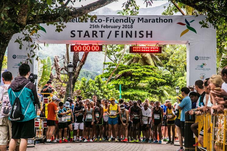 Die Läufer warten auf den Start. Start- und Ziellinie sind identisch.