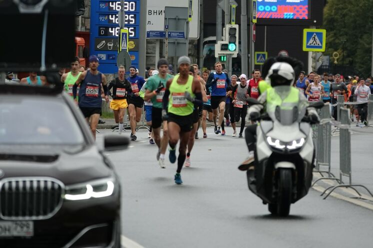 2019: 10 km-Lauf: Artur Burtsev, hier noch in vorderer Position bei km 2, konnte dieses Mal kein Treppchen besteigen