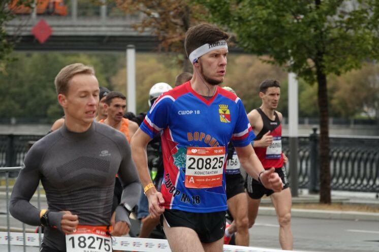 """Die 10 km-Läufer und Marathonis starten zwar zeitgleich, haben aber jeweils ihren eigenen """"Laufbereich"""" (im Hintergrund die Marathonis)"""