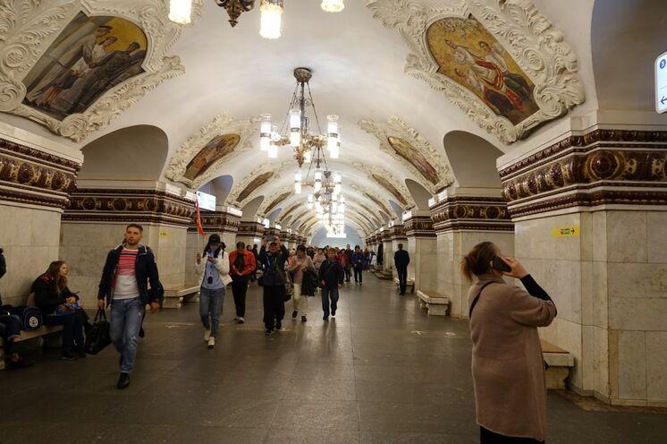 Die Moskauser Metro ist nicht ein Transportmittel, die Stationen widerspiegeln Geschichte...