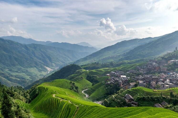 Am frühen Morgen ist ein Sonnenaufgang von den Gipfeln der Longji-Reisterrassen mit das Schönste, was man auf einer Reise durch China erleben kann