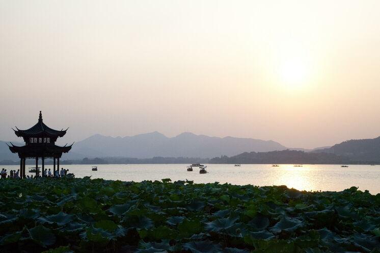 Zum Abend hin ein Ort, der mit seinem Licht eine ganz besondere Ruhe ausstrahlt: das UNESCO-Weltkulturerbe Westsee in Hangzhou