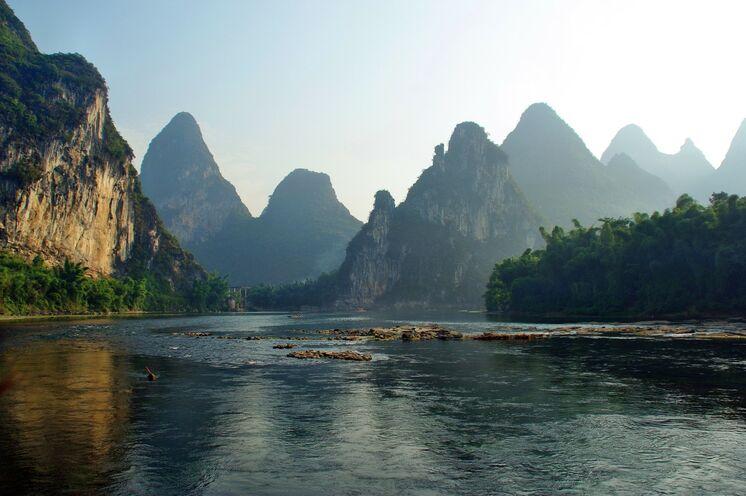 Die bezaubernde Karstkegellandschaft am Li-Fluss in der Umgebung von Guilin