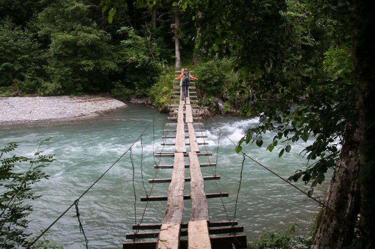 Manch Flussüberquerung ist abenteuerlich - Trittsicherheit und Schwindelfreiheit sind Anforderungen, die diese Tour stellt.