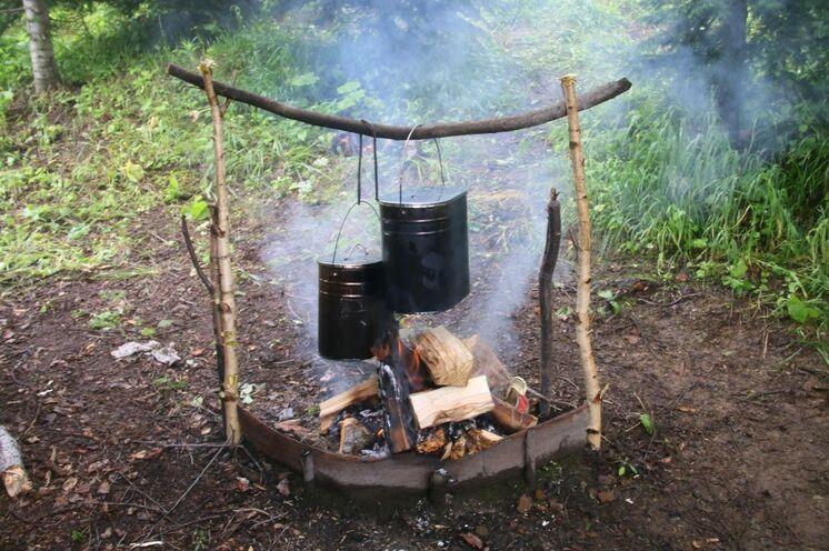 Wildnis pur an der Feuerstelle. Nach der Anstrengung des Tages schmeckt das Essen besonders gut.